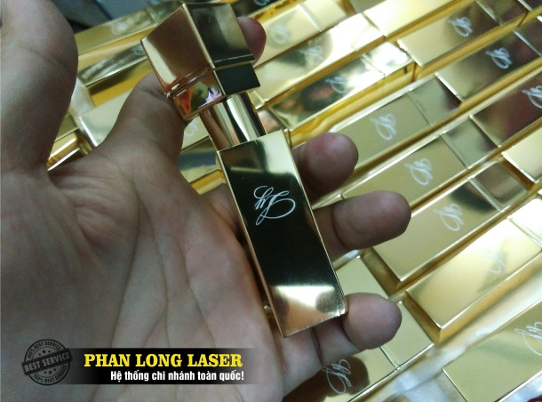 Địa chỉ cơ sở chuyên nhận khắc laser theo yêu cầu lên các sản phẩm thân vỏ thỏi son môi giá rẻ