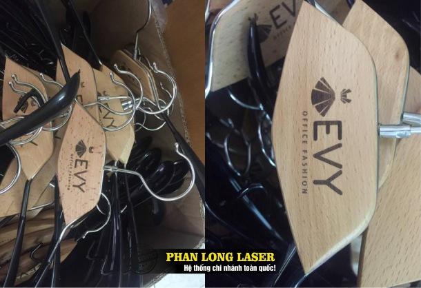 Xưởng laser chuyên nhận in khắc laser theo yêu cầu lên các sản phẩm móc áo giá rẻ